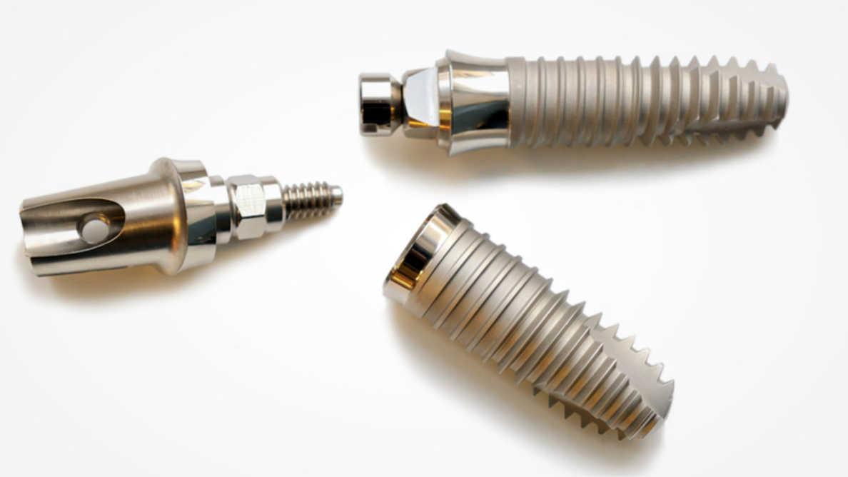 L'étude  compare les surfaces des implants dentaires usinés et sablés