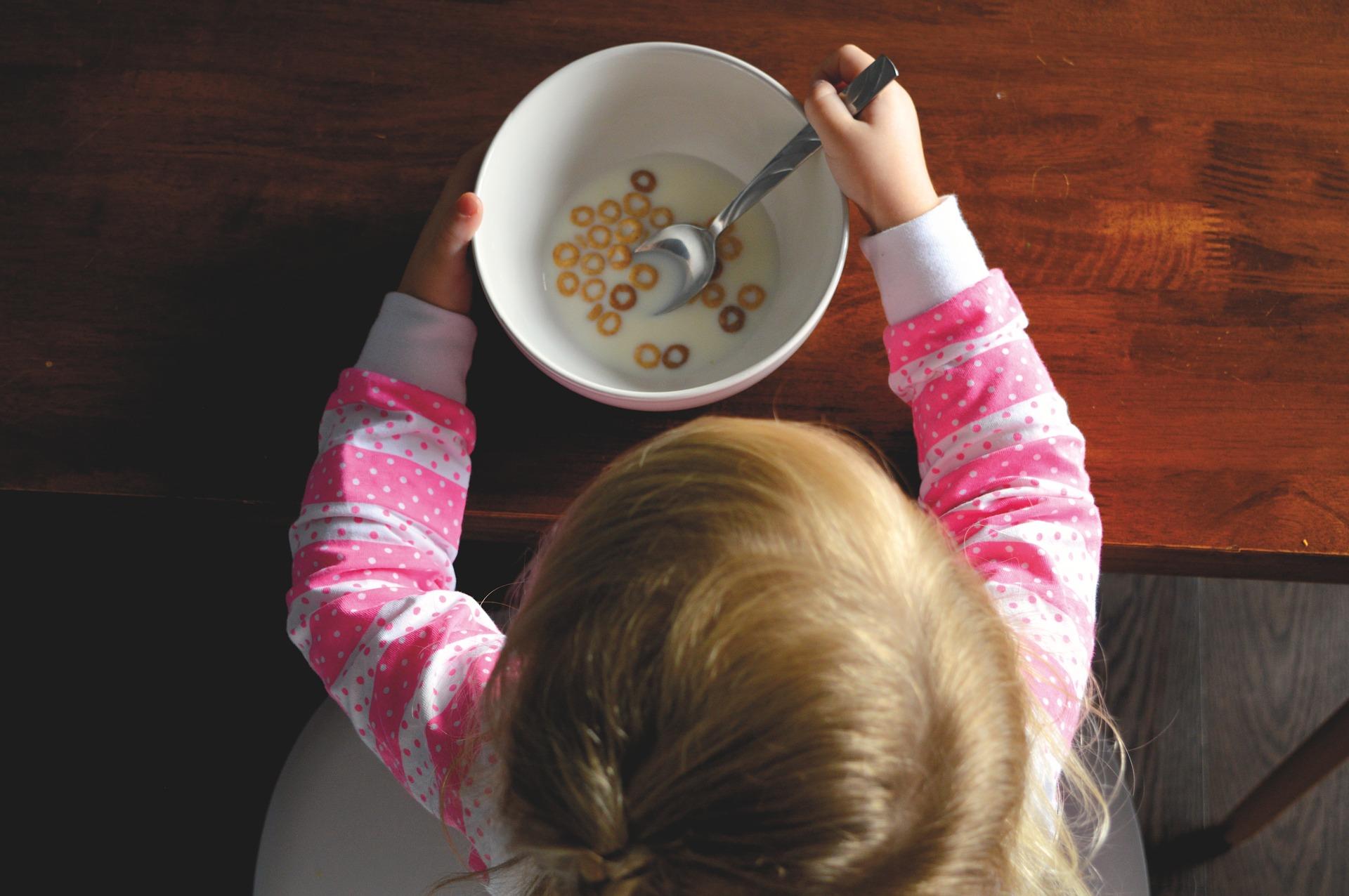 La nourriture pour bébé contient trop de sucres, selon l'OMS