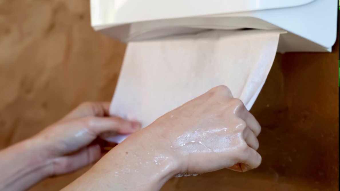 Étude: serviettes en papier vs séchoir électrique